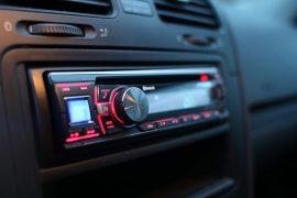 Autoradio leuchtet Rot