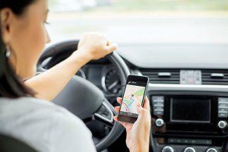 Frau im Auto am Handy