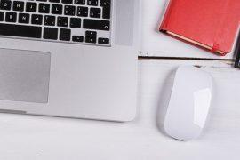 Schreibtisch mit PC Maus