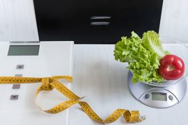 Waage, Maßband und Salat