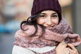 Frau mit kuscheliger Mütze