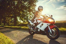 Motorrad Fahrer bei Sonne