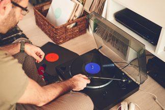 Mann mit vinyl